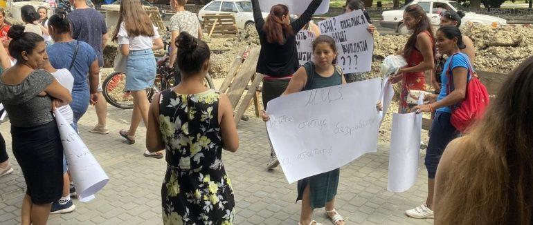 Проти скасування соцвиплат: в Ужгороді на протест вийшли матері-одиночки