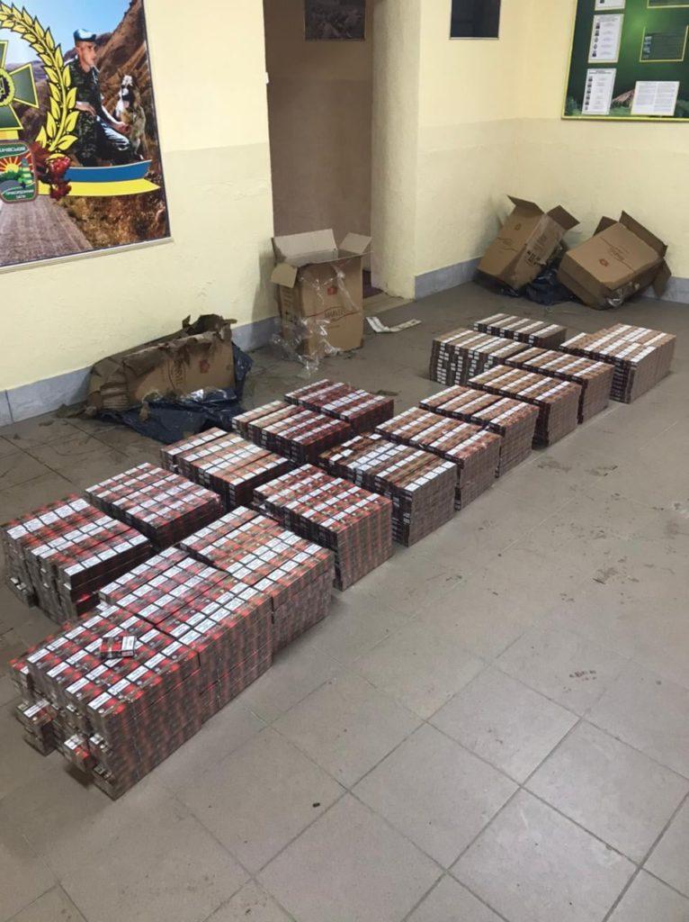 4,5 тисячі пачок сигарет: на березі Тиси прикордонники виявили тютюнову контрабанду