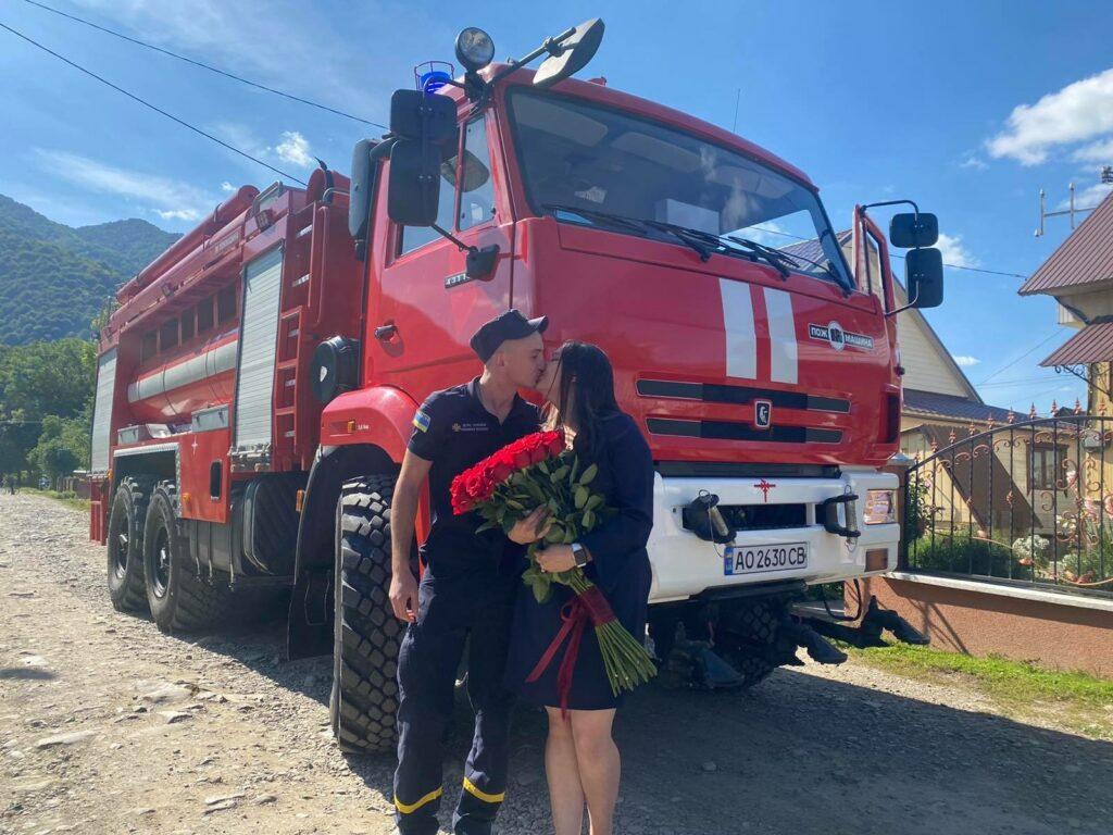 Пожежна LOVESTORY: на Хустщині рятувальник ДСНС освідчився своїй коханій